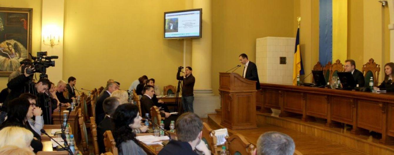 Біля Львівської міськради сталася сутичка між активістами та муніципальною дружиною