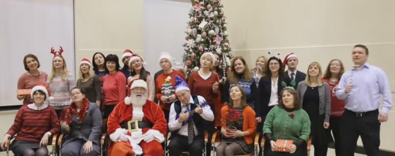 Працівники посольства США привітали українців із Новим роком веселою піснею та запальними танцями
