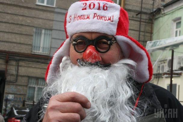 Забіг у трусах і з бородою. У Дніпропетровську Діди Морози позмагалися у швидкості
