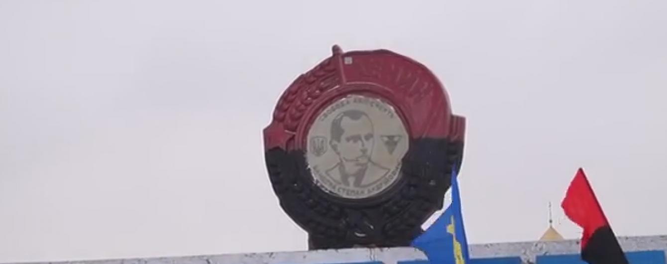 """В'їзд до Дніпропетровськ замість Леніна тепер """"охоронятиме"""" Бандера"""