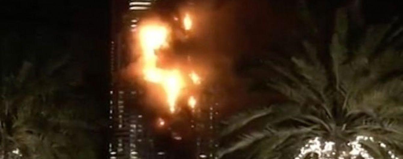 У центрі Дубая горить готель-хмарочос, вогнем охоплені десятки поверхів