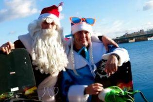 Кличко одягнувся Дідом Морозом і записав екстремальне привітання в крижаній воді