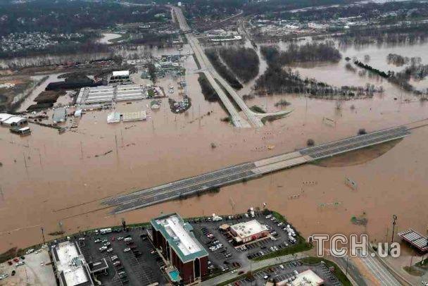 Стихія атакує США: на Півдні розбушувалися торнадо, а Середній Захід затоплює