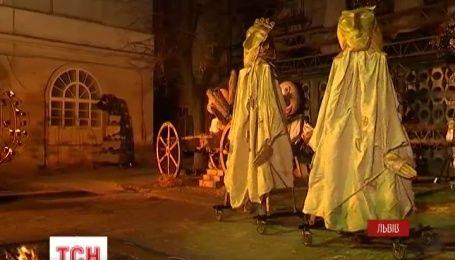 Во Львове под открытым небом актеры воссоздали рождественскую историю о рождении Христа