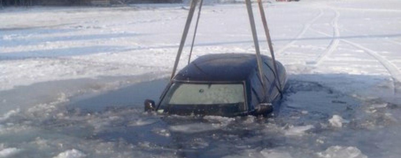 На Черкащині під кригу Дніпра провалилися два автомобілі