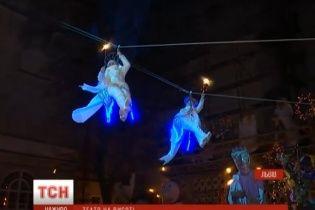 У Львові на вуличній різдвяній виставі дракони дихають полум'ям, а з неба спускаються ангели