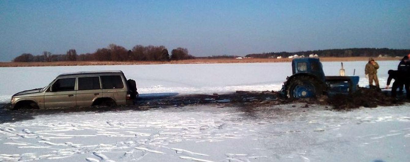 У Черкаській області позашляховик виїхав на кригу Дніпра й провалився (Фото)