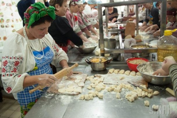 У Запоріжжі волонтери зліпили шість тисяч вареників для бійців АТО