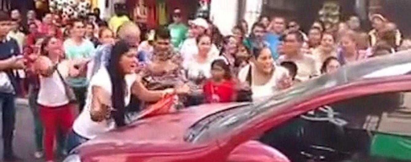 Колумбійка перекрила рух транспорту, побачивши чоловіка в авто з коханкою