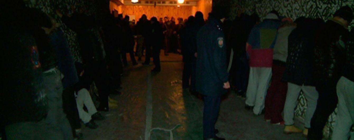 """На Житомирській кондитерській фабриці поліція затримала понад 130 """"тітушок"""""""