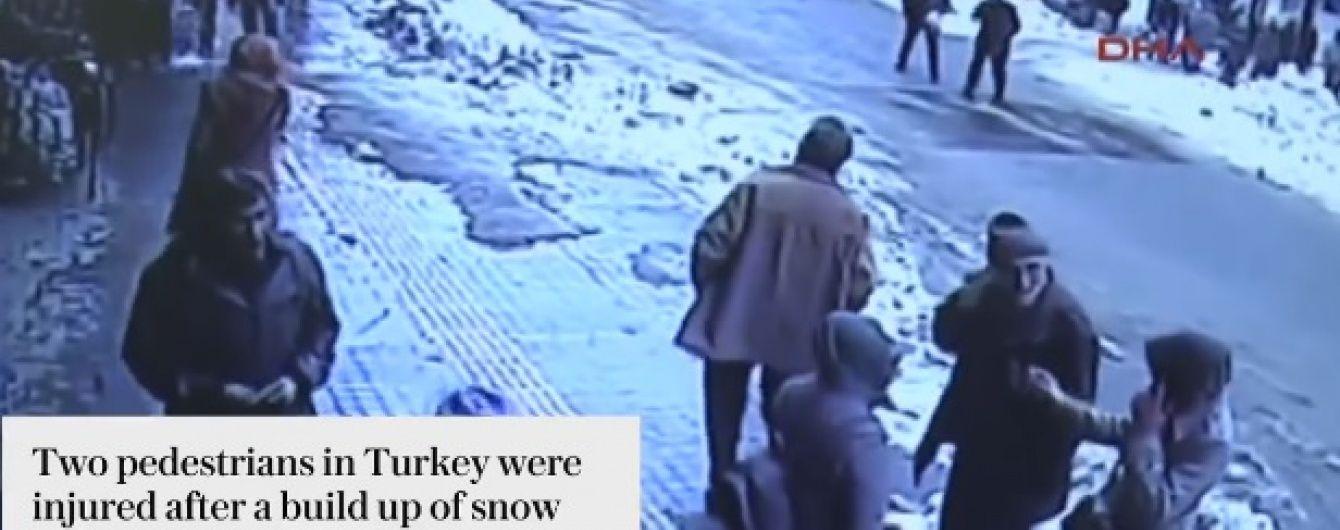 У Туреччині величезна лавина снігу впала з мечеті на перехожих, є постраждалі