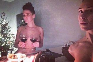 Відверта Астаф'єва топлес прикрила соски бокалами вина