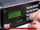 Військовий зв'язківець налаштовує радіо з українськими новинами на Донеччині