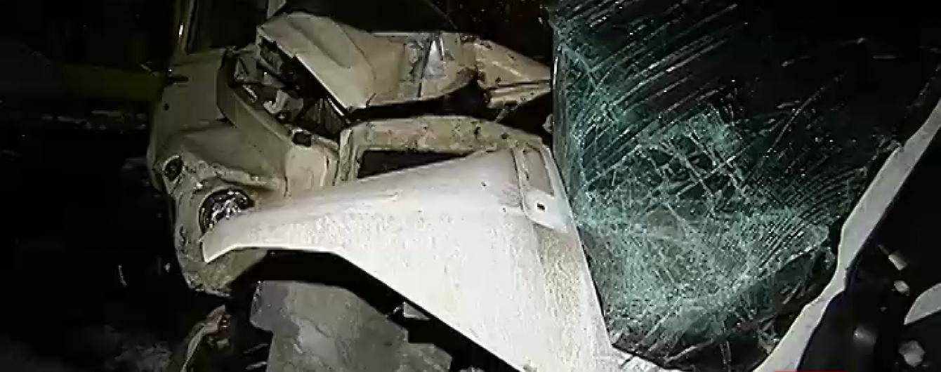 Під Києвом маршрутка вилетіла на зустрічну смугу і врізалася у вантажівку