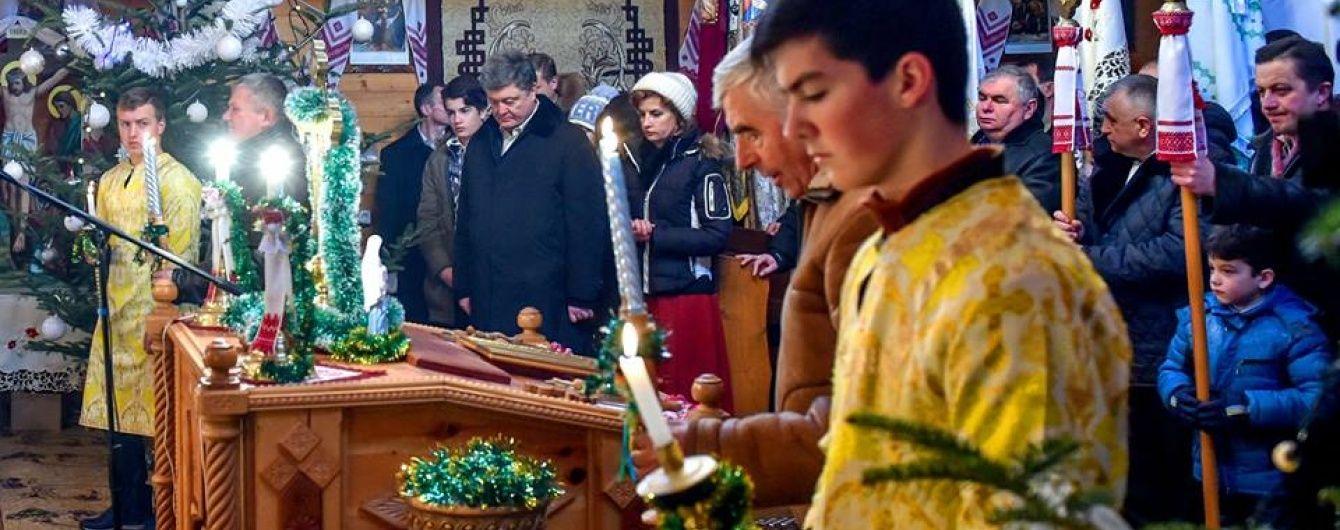 Порошенко з родиною помолився на Івано-Франківщині за мир та благополуччя в Україні