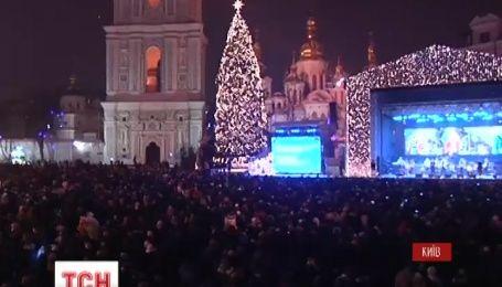 На Софийской и Михайловской площадях несколько тысяч человек одновременно заколядовали