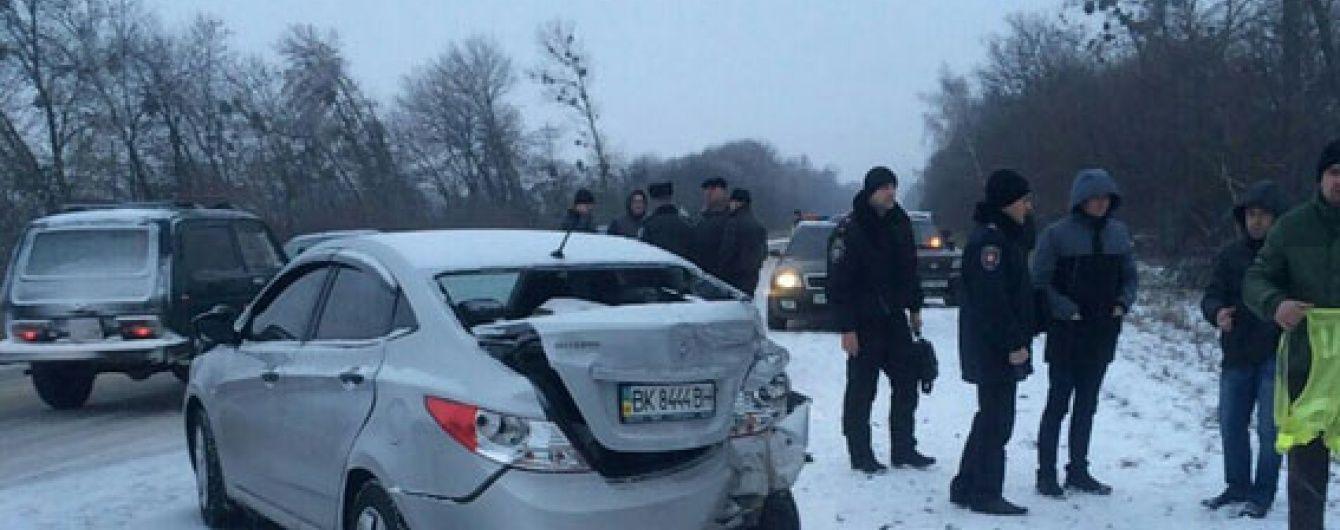 На Рівненщині поліцейський загинув, коли допомагав витягати машини з кювету