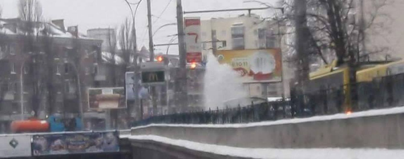 """У Києві посеред дороги """"вирвався"""" величезний фонтан води"""