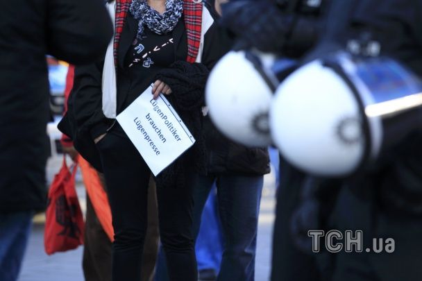 Поліція Німеччини застосувала водомети проти демонстрантів на місці масового насилля у Кельні