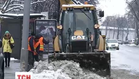 Киевские коммунальщики продолжают чистить улицы от снега