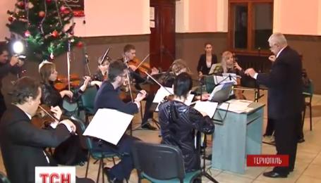 Тернопольские музыканты устроили рождественский концерт на местном вокзале