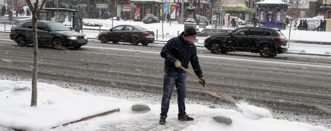 У Києві на п'ять складних ділянок викотили тягачі, аби витягати авто з заметів