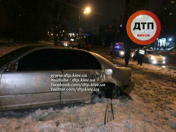 У Києві авто збило жінку і врізалося в дерево