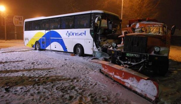 У Дніпродзержинську снігоприбиральна машина врізалась у пасажирський автобус