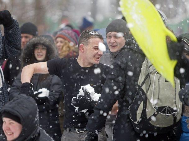 Кияни влаштували снігове побоїще у центрі столиці