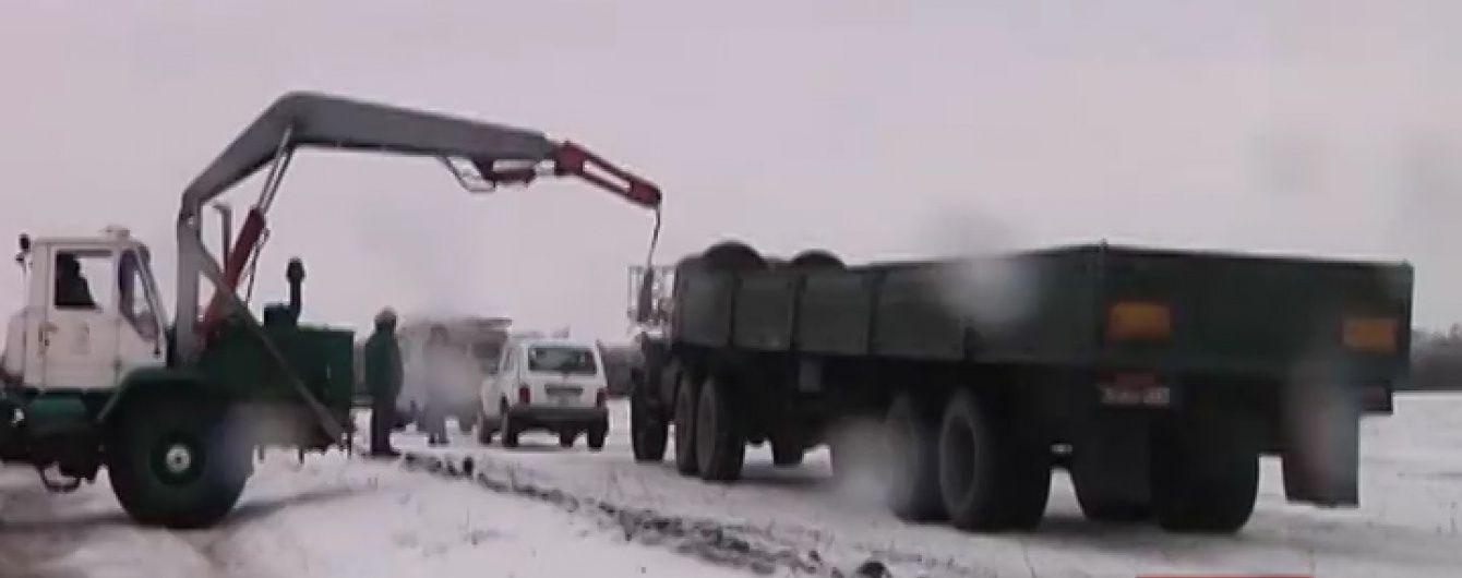 Україна витримує удар стихії: закриті аеропорти та непрохідні дороги