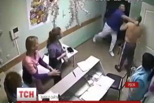 Російського лікаря, який одним ударом убив пацієнта, кинули за ґрати