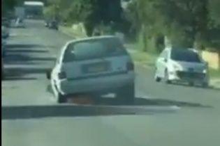 """Соцмережі шокувало відео з навіженим водієм, який їхав у """"триколісній"""" автівці"""