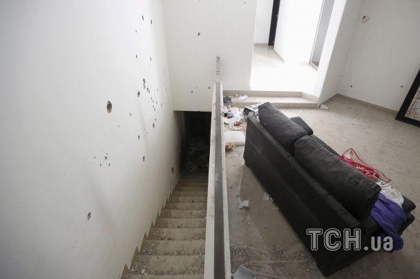 Пробиті кулями стіни та калюжі крові: Reuters показав моторошне житло наркобарона Коротуна у Мексиці