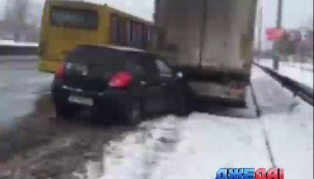 На столичном Московском проспекте легковушка влетела в припаркованную фуру