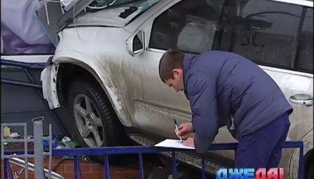 В Киеве Mercedes с донецкими номерами вылетел на тротуар и протаранил торговый центр