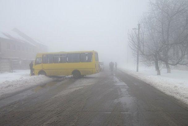 На Одещині через негоду маршрутка вилетіла на зустрічну смугу, зім'явши мікроавтобус із підлітками