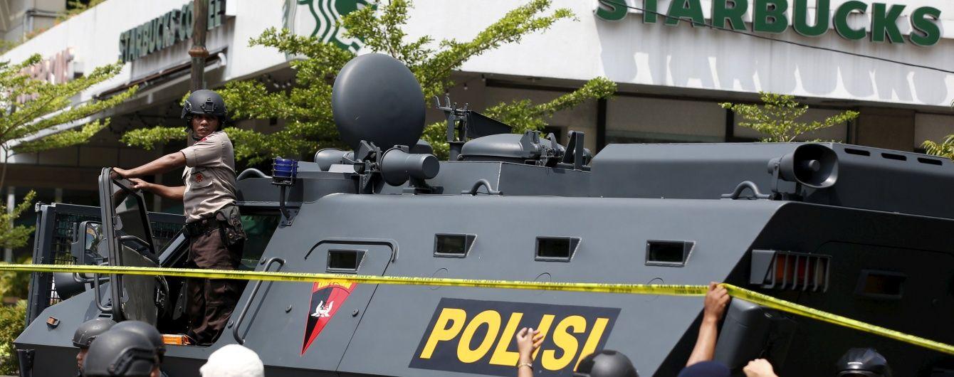 У Джакарту ввели бронетехніку, а поліція оточила бойовиків