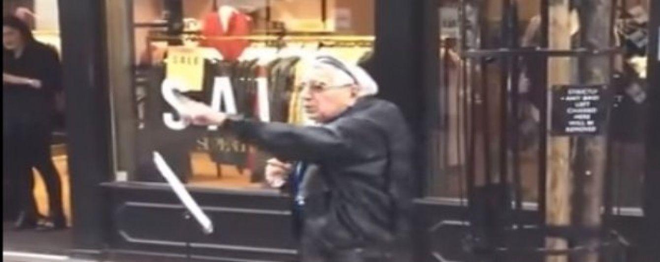 Лондонців насмішив запальний дідусь, який посеред вулиці натхненно виконав лайливий хіп-хоп