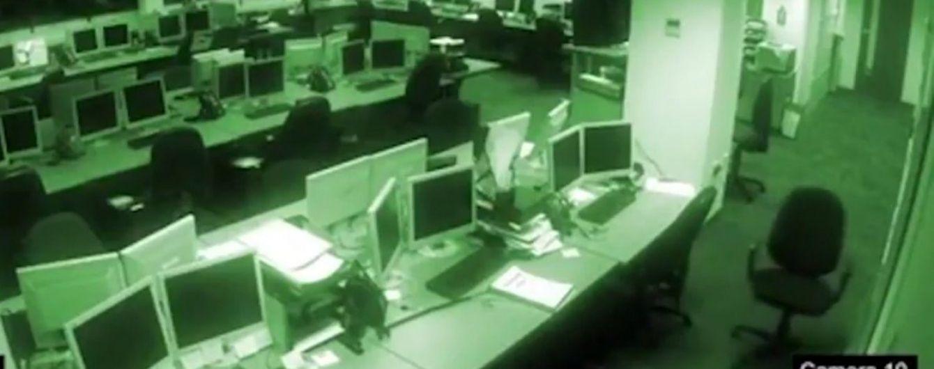 """Камеры наблюдения сняли на видео жуткий """"полтергейст"""" в безлюдном офисе"""