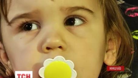 В Николаевской области на двухлетнюю девочку упал большой телевизор