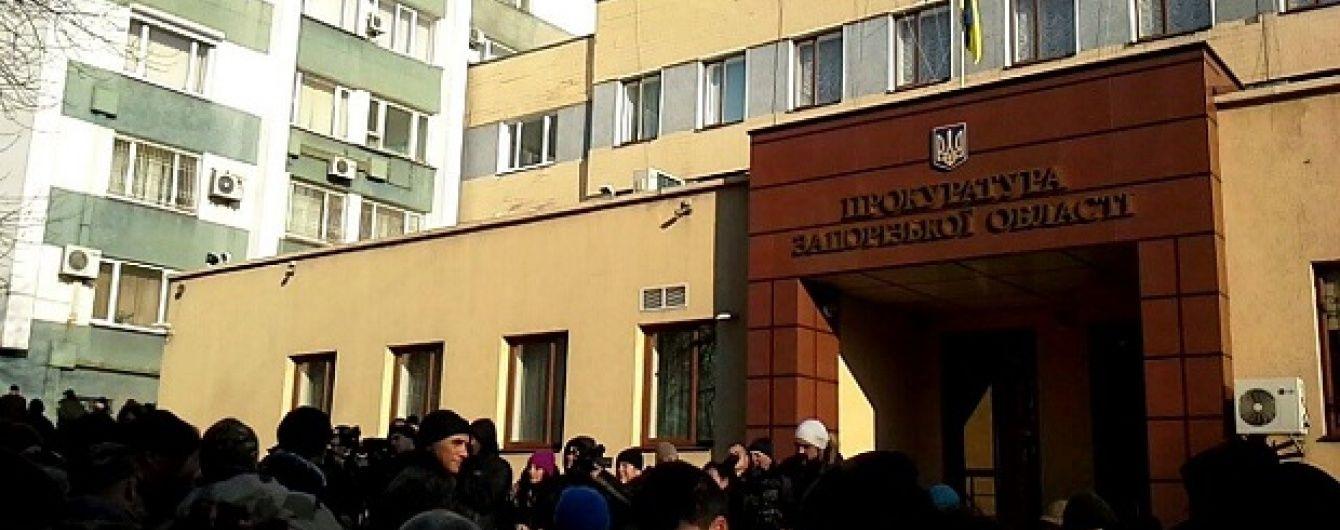 У Запоріжжі активісти закидали прокуратуру яйцями і камінням