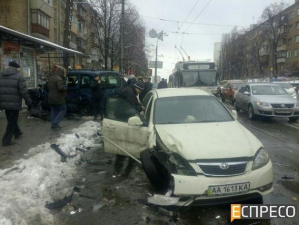 У Києві податківець-хабарник під час потрійної ДТП вилетів на зупинку, втікаючи від силовиків