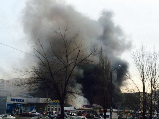 В Одесі масштабна пожежа знищила частину великого ринку