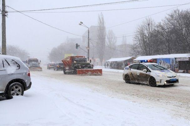 Одесу засипає снігом: через погодні умови закрили порти та скасували рейси