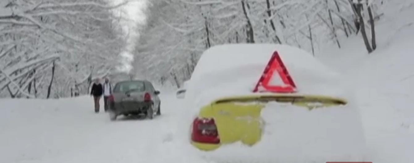 Зимова негода паралізувала рух у Румунії та Болгарії: люди викопують автівки з-під снігу