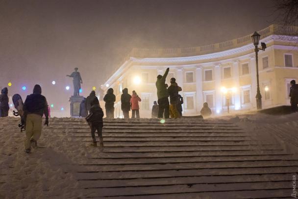 Відчайдушні одесити влаштували на Потьомкінських сходах лижну трасу