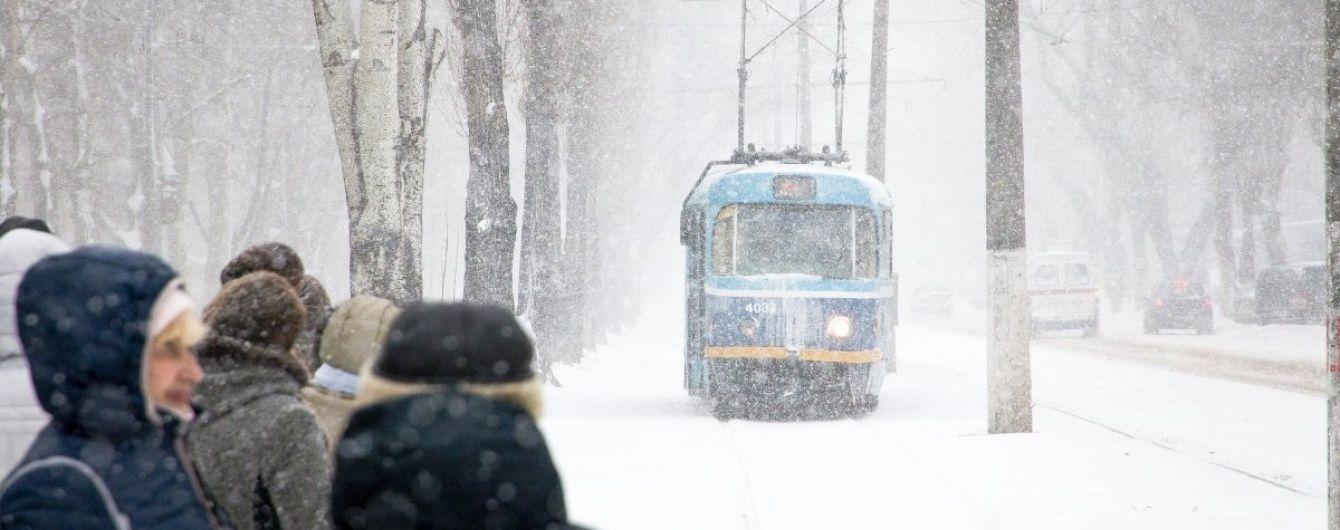 """Третій день снігового """"апокаліпсису"""": величезні кучугури у Миколаєві та обледеніла Херсонщина"""