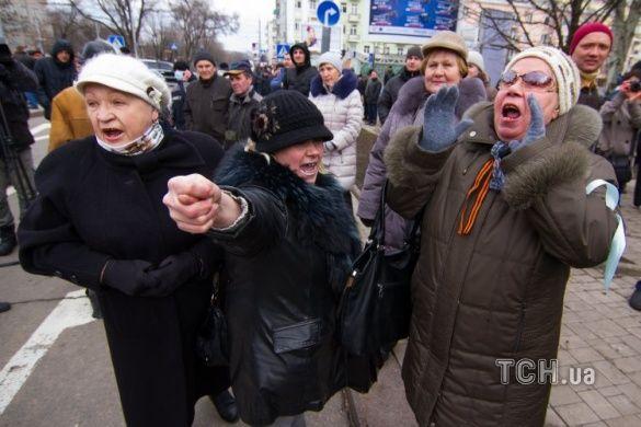 Пенсіонери на мітигу проти Євромайдану у Донецьку, лютий 2014-го