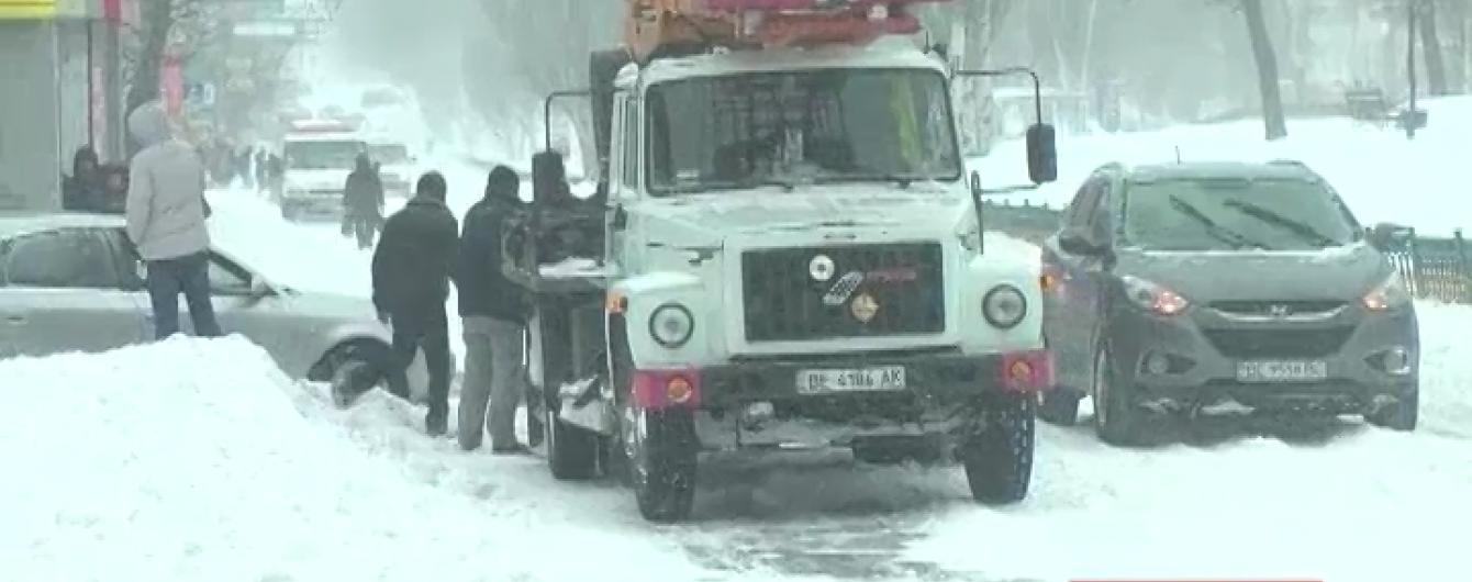 Україна під ударом зимової стихії: триметрові замети на дорогах і обледенілі електродроти