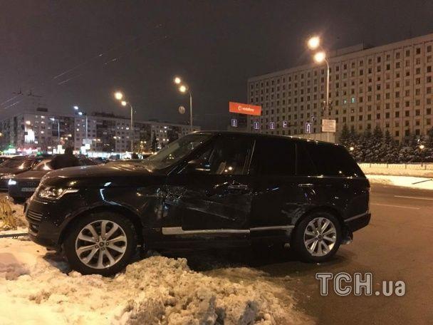 У Києві Range Rover вилетів на зустрічну смугу і врізався в паркан